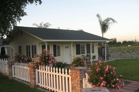 Beautiful, private bungalow. - Kingsburg - House