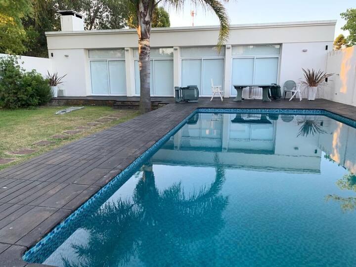Casa amplia frente al mar, con piscina y barbacoa