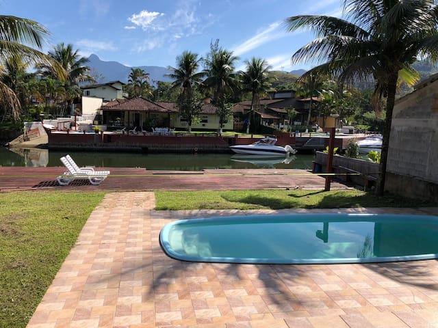 Casa frente ao canal com deck e piscina privativa