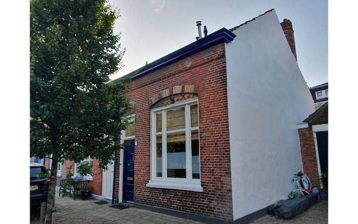 Een riante vierpersoons woning in het pittoreske Eigenhaardstraatje. Een straatje dat niet mag ontbreken aan uw Middelburg ervaring. Karakteristiek met hoge balken plafonds en schuine daken, en toch van alle gemakken voorzien.