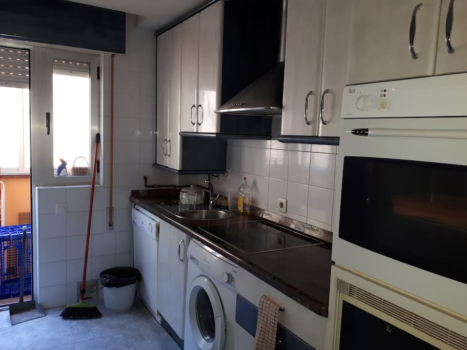 Cocina totalmente equipada. Horno, microondas, lavavajillas, nevera, lavadora. Mesa-barra  para comer con 3 taburetes altos. Terraza-tendedero