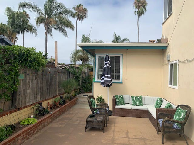 Lg 1 Bed, outdoor patio, walk to ocean/shops/bars