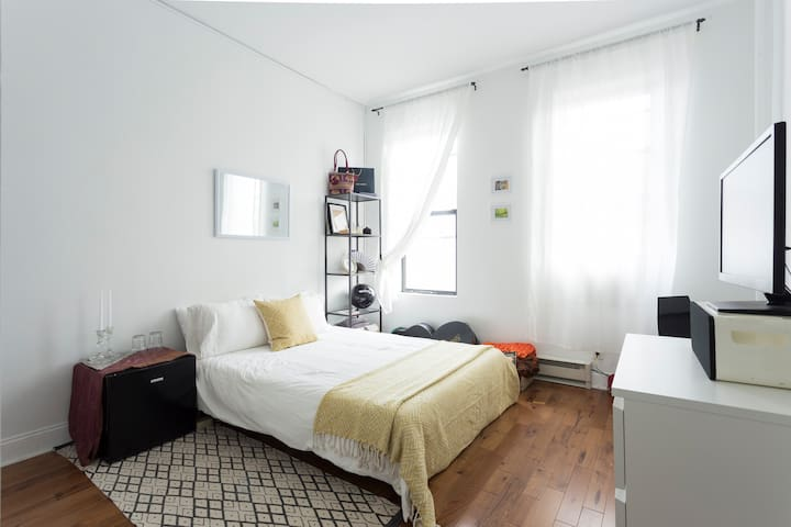 Large Sunny Room w/ Private Entry | Bushwick - Бруклин - Квартира