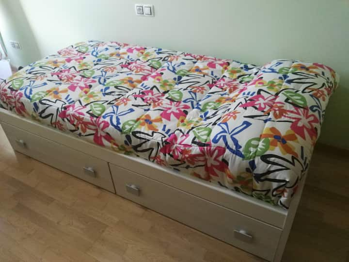 Habitación privada con cama individual.