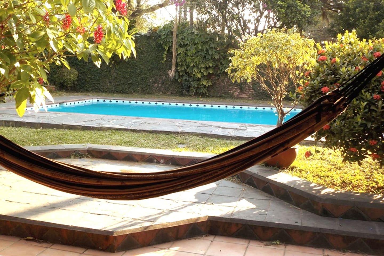 La piscine, le hamac, vus de la terrasse.