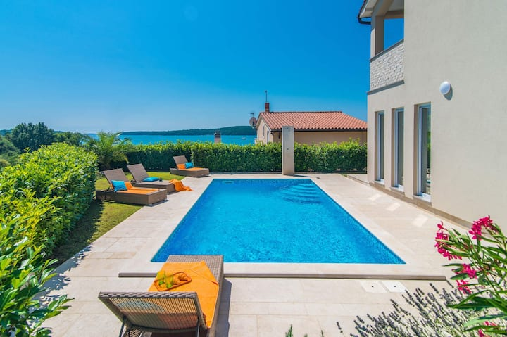 3 bedroom villa with sea view and a private pool