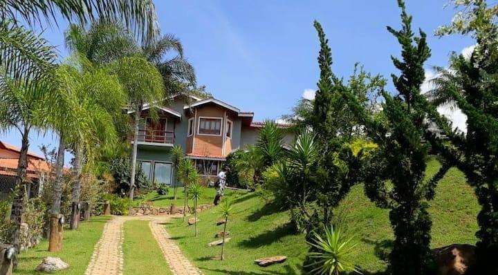 Linda casa em Piracaia em condomínio fechado.