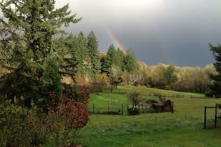 Bella Luna Farm- charming loft 15 min to OSU
