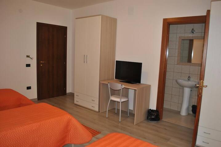 Camera tripla  con bagno privato e colazione
