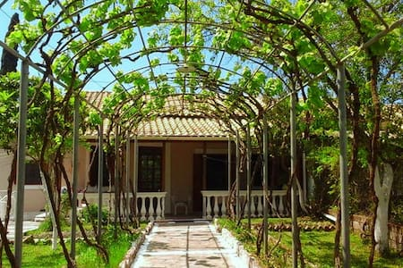 Traditional house 6km from town with big garden - Corfu - Rumah