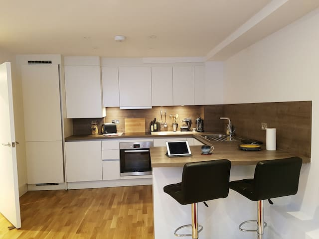Modern Flat in Old Church w Parking - Londen - Appartement