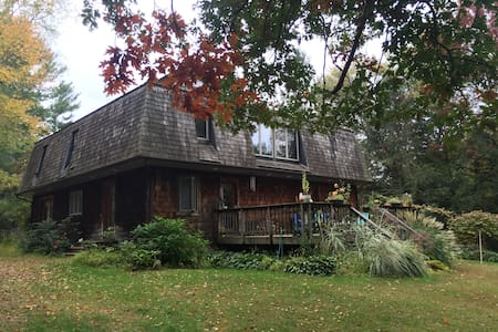 The Chiesa's: Full-Sized Bedroom Downstairs - Pine Bush - Bed & Breakfast