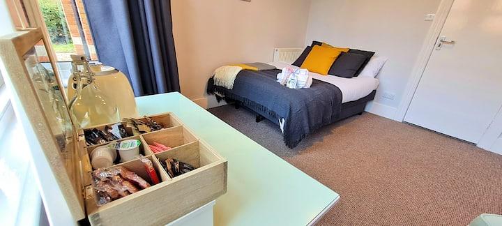 Elegant Bedroom w/ Free Parking, Garden & Kitchen