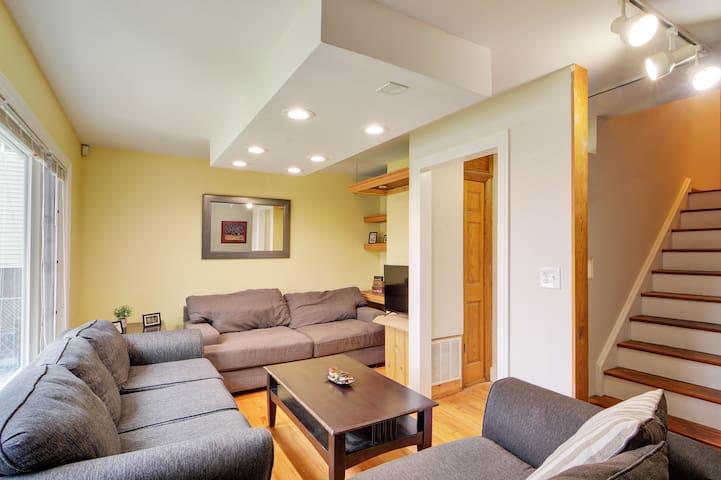 Large 12 Bedroom Chicago Home- Sleeps 25