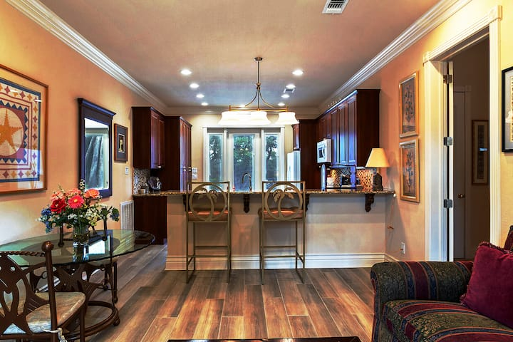 Luxe Alamo Heights Getaway Minutes to River Walk!