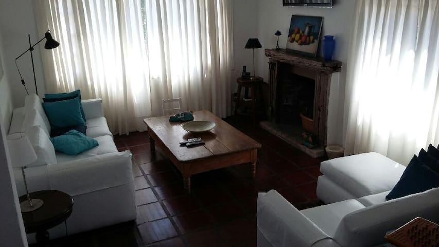 Living. 2 sillones, TV cable, estufa a leña y Aire Acondicionado