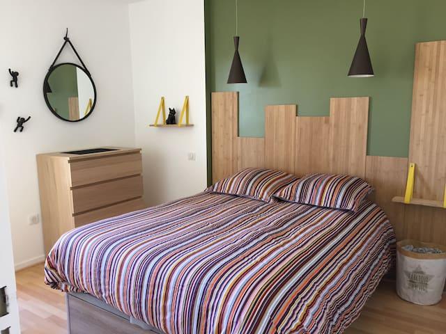 Chambre lit 140 couette oreillers linge de nuit à disposition