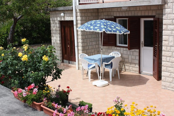 One bedroom apartment with terrace and sea view Kampor, Rab (A-4984-b)