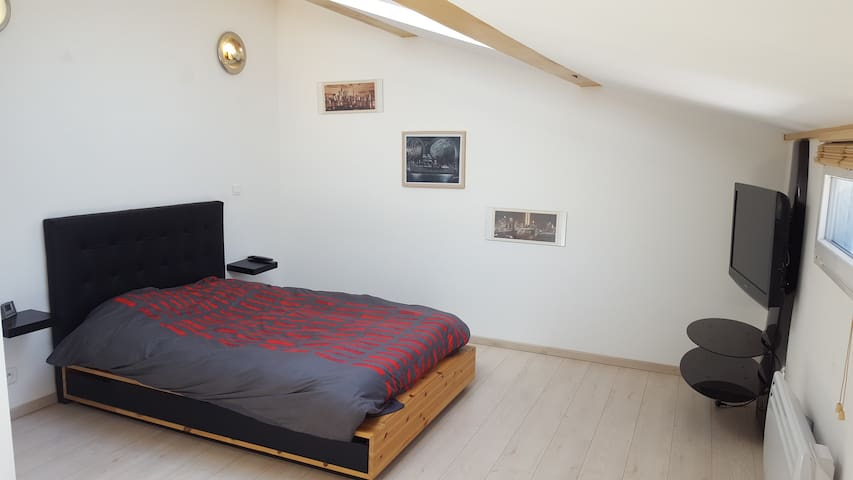 première chambre de 18 m2 avec grand placard