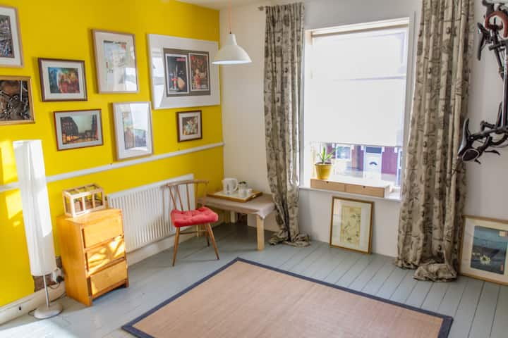 Comfy, quirky studio-style room near parks & shops