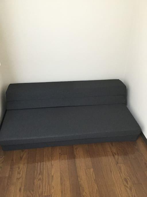 ソファーを開くとダブルサイズに。Open the sofa into a double size mattress.