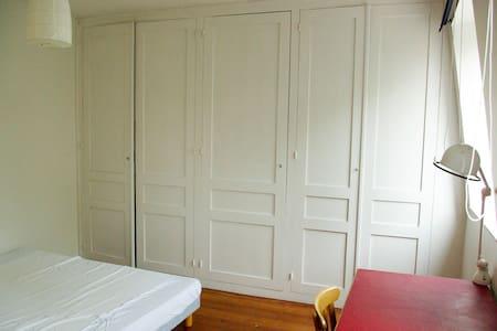 Grande chambre calme et lumineuse. - Roubaix - Gästhus