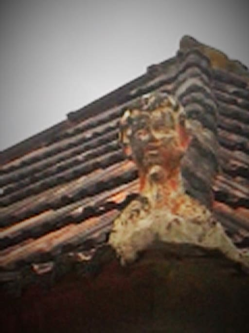 An element of popular heritage - A boy's head to top the roof