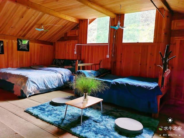 大通铺房间,有三张大床。一张木床。 最多可睡7个人