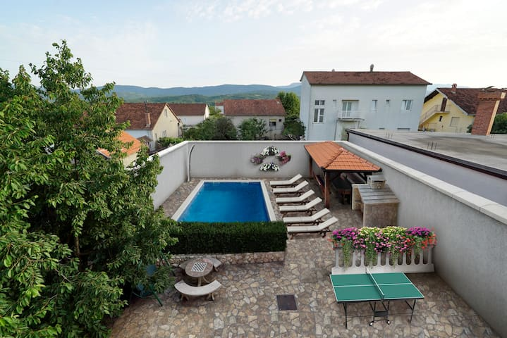HOMELY DECORATED HOUSE WITH A POOL IN SPLIT COUNTY - Imotski