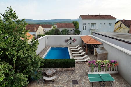 HOMELY DECORATED HOUSE WITH A POOL IN SPLIT COUNTY - Imotski - Casa de camp
