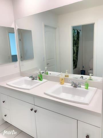漂亮新房子独立卧室共用卫生间近东谷奇诺和安大略机场 迪士尼乐园
