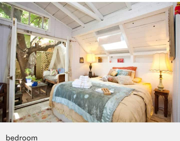 """1927 RUSTIC, Artist/Musician/Tree House """"GLAMPING"""""""