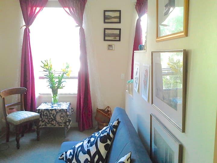 Beautiful Bedsit. Peaceful Garden view. Free Wifi