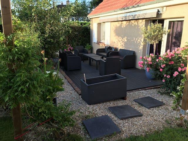 Maison avec jardin, cour et garage