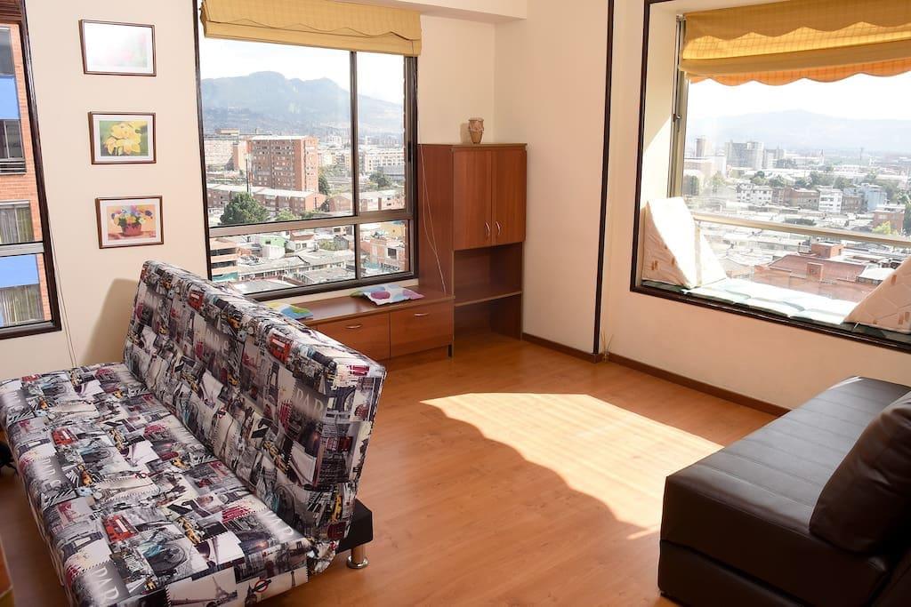 Sala de estar. Lugar ideal para disfrutar la vista de la ciudad y la luz del día.