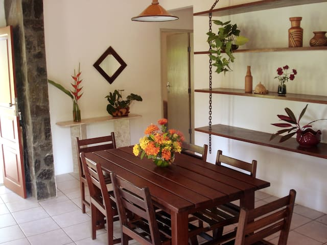 Sala de jantar. Um bom lugar para servir uma moqueca ou um peixe frito pescado no dia (na lagoa do próprio condomínio)...