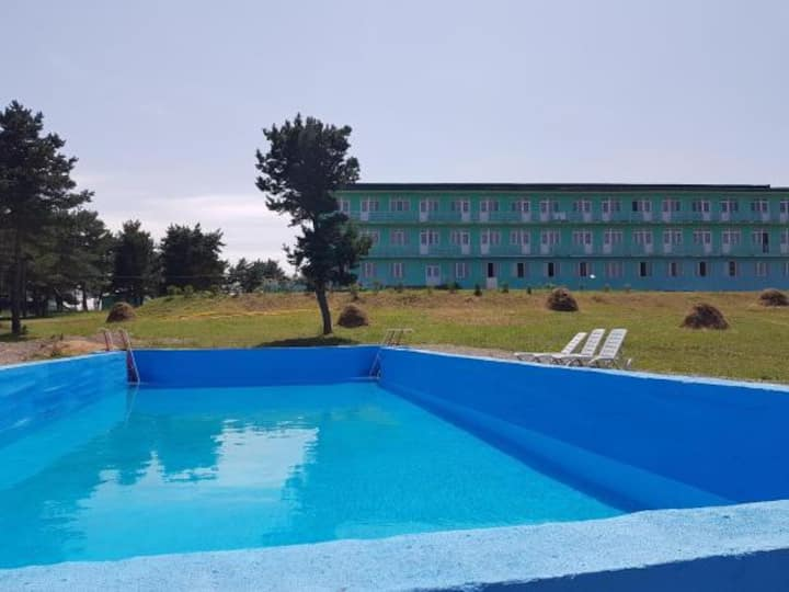 Lake,pool,garden.Pine forest,picnic area, tours.