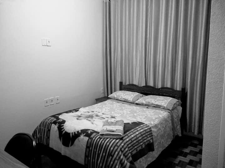 Quarto com suite em casa de Família (4)