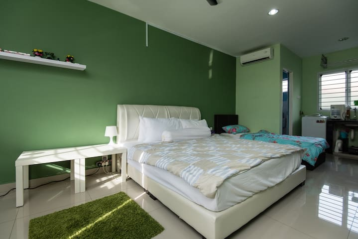 The purple HomeStay - Puchong - บ้าน