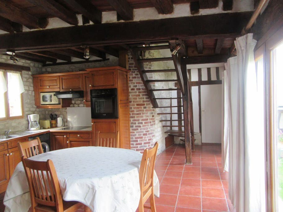 Salle à manger + coin cuisine proche de Léry-Poses