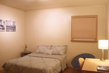 Comfortable Room w/ Private Bath Near O'Hare - 梅尔罗斯公园(Melrose Park)