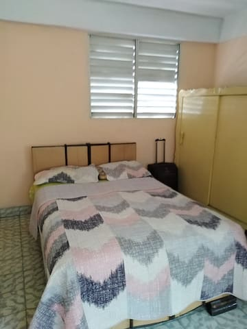 Habitacion fresca e iluminada incluye aire acondicionado, ventilador y closet.