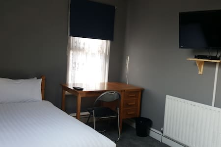 Clean and comfortable Double room - High Wycombe