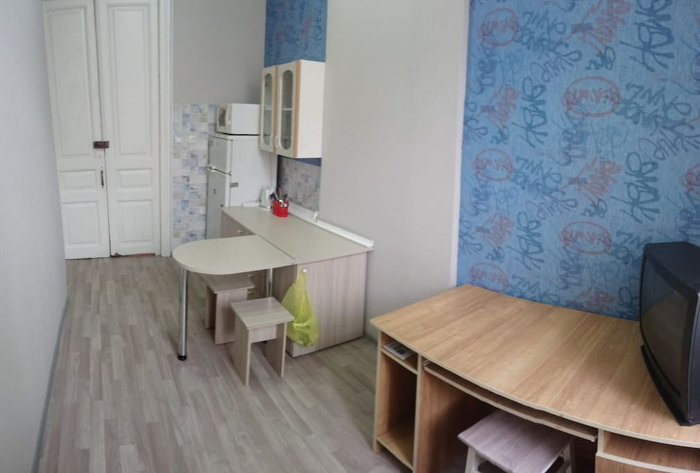 Белая дверь - это вход в изолированые 2 комнаты(закрывается на замок),площадь каждой комнаты 10 кв.м.