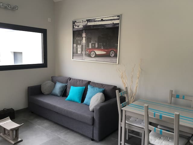 Salon avec canapé convertible et coin repas
