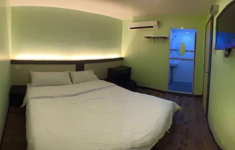 双人套房:木板式地板。干净舒适。H07