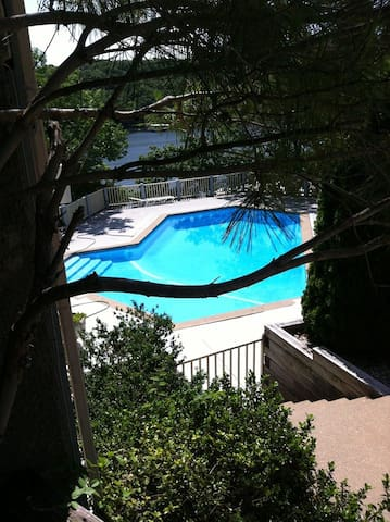 Pool, 2 bedroom & 2 Bath condo, sleeps 6