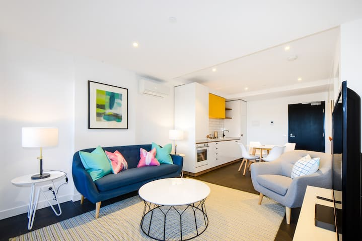 CHAMPAGNE: 2 Bedrooms, 2 Bathrooms in Caulfield!