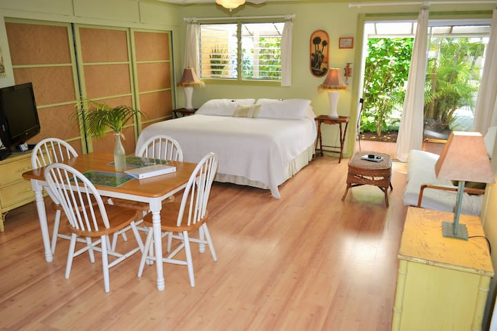 Kailua Palm Studio. Walk to Beach! PERMITTED