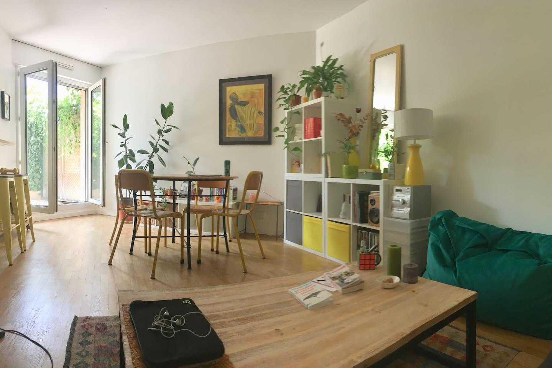 Notre salon est une pièce agréable et calme. Il donne sur un joli jardin où il n'est pas rare d'entendre les oiseaux chanter. Un bar donne sur la cuisine.